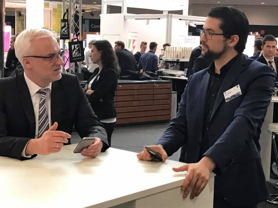 NRW Wirtschaftsminister Duin im Gespräch mit inways Gründer Maaged Mazyek auf der CeBIT 2017